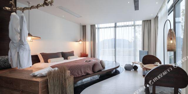 其中6幢2居室别墅,5栋3居室别墅,属于华联千岛湖进贤湾国际旅游度假区