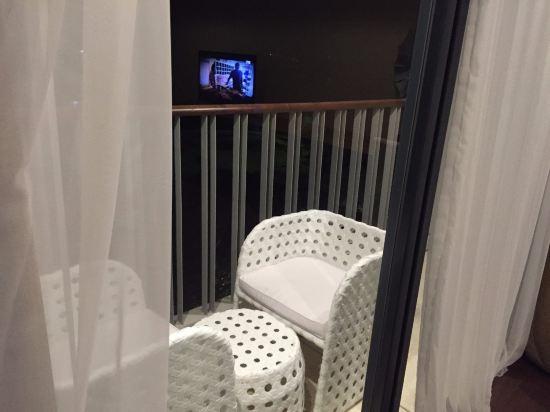 1月份去巴厘岛,虽然赶上雨季,全程玩耍过程没有淋雨。每天晚上睡下之后外面就下雨,每天早上阳台的小沙发都是湿的。。 酒店开业时间没有多久,设备设施都很新,但是位置比较偏。整体来说,酒店面积超级大,阳台看下去是个小高尔夫场,房间面积估摸着有60平米以上了,楼顶有无边泳池,楼下有自己的大beach,紧邻着海边。我们去的最后一天晚上beach上办了个大party,但是不出所料的是晚上仍然下雨哦。。。so sad。 下面看一下房间吧,check in的时候是晚上了。进屋第一感觉,房间大、装修风格比较合胃口,顿时心情