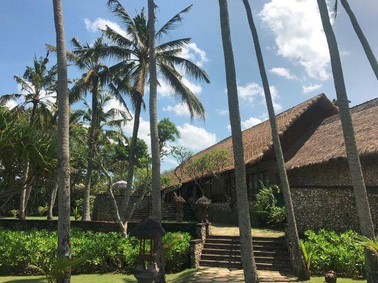 椰子树和木槿树所包围,柚木桌椅,巴厘岛式彩色太阳伞(很像中国的华盖)