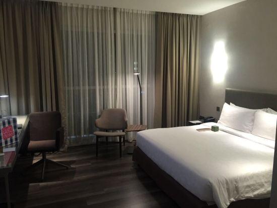 2015年开业,共有249间房 OliveTreeHotelPenang这家酒店离槟城大桥(PenangBridge)8公里,而离皇后湾广场(QueensbayMall)2.6公里,离最近的机场-槟城国际机场(PenangInternationalAirport)3公里。这家酒店提供24小时服务台。这间这家酒店的每间房型均提供中央空调、电视设备、私人厕所、鞋子以及电吹风。OliveTreeHotelPenang这家酒店地处峇六拜(BayanLepas),内设美食餐厅。