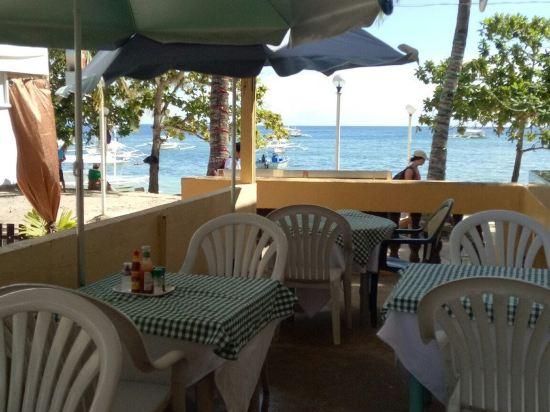 1992年开业,2011年装修,共有16间房 AquaticaBeachResort酒店位于邦劳(Panglao),设有餐厅和覆盖所有区域的免费无线网络连接,距离AlonaBeach海滩仅有2分钟的步行路程,距离保和养蜂场(BoholBeeFarm)和HinagdananCave洞4公里。 每间空调客房均设有休息区、有线电视以及带淋浴的浴室,享有湖景。 酒店距离DauisChurch教堂3公里,距离邦劳机场(PanglaoAirport)10公里,距离塔比拉兰(Tagbilaran)市和塔比拉兰机场(Ta