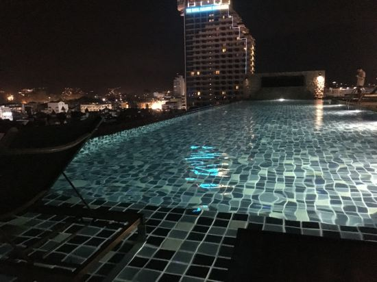 2016年开业,2016年装修,共有125间房 普吉岛盖格酒店位于芭东,靠近邦拉拳击馆和邦拉夜街。附近还有江西龙购物中心和芭东海滩。 普吉岛盖格酒店,客房设施包括空调、平板电视、迷你吧和阳台。连接浴室提供淋浴设施和免费洗浴用品。 普吉岛盖格酒店,酒店设有屋顶游泳池和餐厅,以及提供免费无线网络连接。酒店设有24小时前台;工作人员可以提供旅游信息。