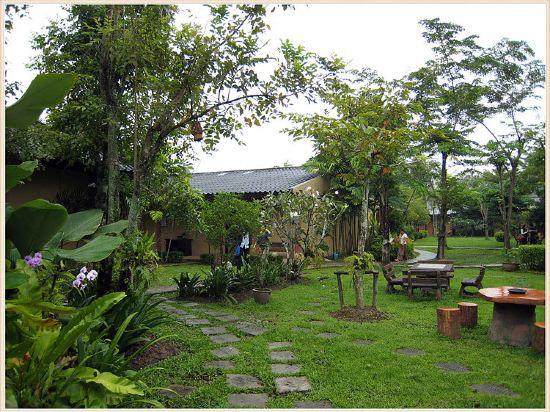 普吉岛碧玉别墅度假酒店(aquamarine resort & villa)位于泰国普吉