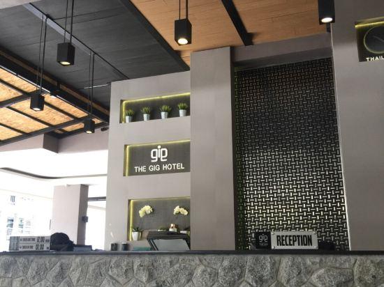 2016年开业,共有125间房 普吉岛盖格酒店位于芭东,靠近邦拉拳击馆和邦拉夜街。附近还有江西龙购物中心和芭东海滩。 普吉岛盖格酒店,客房设施包括空调、平板电视、迷你吧和阳台。连接浴室提供淋浴设施和免费洗浴用品。 普吉岛盖格酒店,酒店设有屋顶游泳池和餐厅,以及提供免费无线网络连接。酒店设有24小时前台;工作人员可以提供旅游信息。