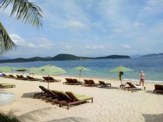 汉谭岛的海水很清澈,适合游泳,岛上风景迷人,酒店在芽庄有专门的码头