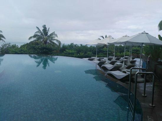 2012年开业,共有203间房   SheratonBaliKutaResort(巴厘岛库塔喜来登度假酒店),位于巴厘岛库塔海滩区,靠近购物区与库塔纪念品市场等。您可在此享受度假的悠闲时光,也可感受购物的无限乐趣。酒店周边景色优美,蕴含人文与自然的气息,给人宁静淡雅之感。   酒店拥有设备先进的客房与套房,糅合了时尚的巴厘岛风情与奢华格调。走出宽敞的私人阳台,或穿过大门步入热带社交庭院,您将欣赏到库塔海滩和巴厘海峡的迷人美景。清爽舒适的客房