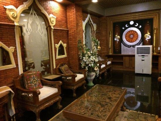 总体来说,这家酒店装修很有泰国风情,入住率不高,环境也挺安静的,适