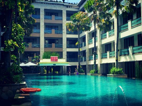 2008年开业,2009年装修,共有209间房   巴厘岛阿斯顿库塔酒店位于巴厘岛库塔海滩,地理位置优越,距离巴厘岛国际机场约15分钟车程,是您值得选择的度假天堂。     巴厘岛阿斯顿库塔酒店设有各类客房,拥有宴会和会议设施、商务中心、健身房、游泳池、水疗服务等休闲娱乐设施和24小时房间服务。酒店的每一间客房都有其特独的设计风格,为您营造一个时尚舒适的居住环境和家一般的感觉,给您带来非凡的体验。     巴厘岛阿斯顿库塔酒店公寓拥有自己制作的专