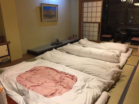 1999年开业,2012年装修,共有24间房 坐落于京都御所/乌丸的田鹤酒店,会让您在京都拥有别样的体验,开展一段难忘的旅行。酒店地理位置优越,驾车至河原町站仅需500m 。旅客们会发现舞香舞伎体验、宫川町歌舞剧场和惠比寿神社距离酒店都不远。 所有极具特色的客房都配备有国际长途电话、雨伞和空调,让您感受到更加贴心细致的入住体验。服务人员会提前为您准备好电热水壶和咖啡壶/茶壶,以满足您的饮水需求。倘若您在忙碌的一天后想在自己的客房内放松,提供拖鞋、24小时热水和浴缸的客房浴室是不错的选择。酒店内的西餐厅供应