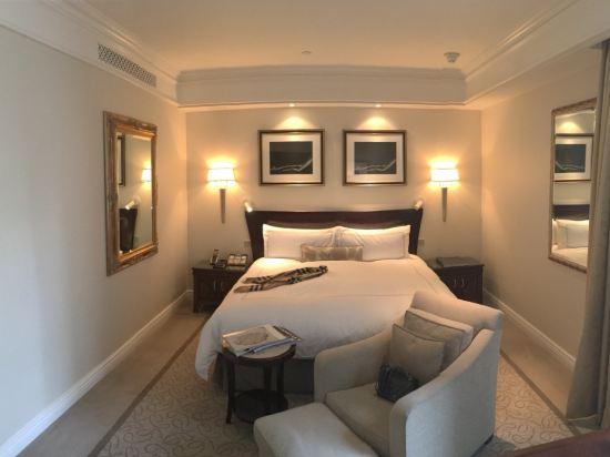 1988年开业,2010年装修,共有239间房   ThePeninsulaNewYork(纽约半岛酒店)位于第五大道上,座落在曼哈顿市中心的中央地带,购物、文化及商业中心都近在咫尺。酒店高雅尊贵的设计给酒店添加一份现代气息及优雅风格。酒店以深厚的艺术文化底蕴,无边的浪漫著称,大部分客房都可俯瞰纽约市景,精彩时刻待您亲身体验。   ThePeninsulaNewYork(纽约半岛酒店)每间典雅的客房都拥有中性色彩的装饰,配有等离子电视和