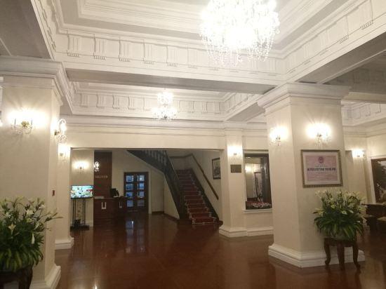 1880年开业,2011年装修,共有83间房 胡志明市西贡欧式酒店享有位于胡志明市中心的优越地理位置,可供客人步行可前往最主要的旅游景点并方便地抵达节日和活动场地。酒店宽敞的客房享有法国殖民时期风格的装潢,设有高高的天花板,并享有壮丽的城市美景和酒店庭院的景致。所有客房均配有高速互联网连接和可收看有线频道的液晶电视。