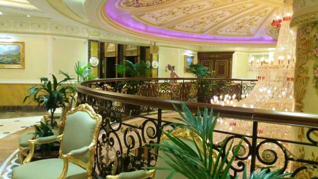 酒店装饰豪华 欧式风格 房间和卫生间都很大 早餐很丰富 前台服务热情