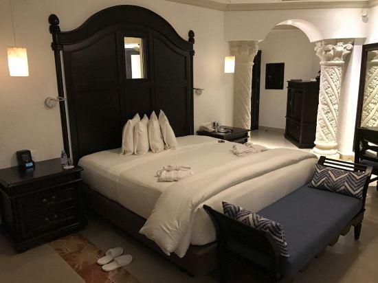 房内还有香薰红酒,进门两个欧式石柱设计十分大气,床是king size大床