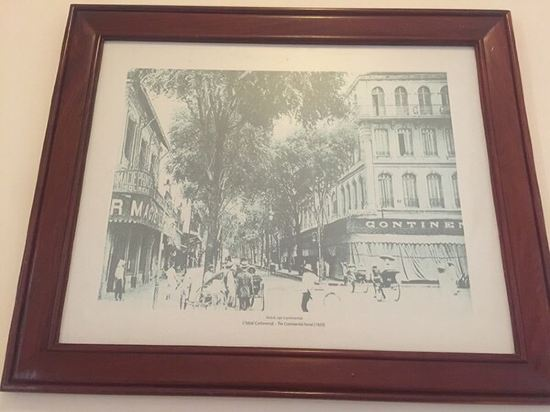 1880年开业,2011年装修,共有83间房 胡志明市西贡欧式酒店享有位于胡志明市中心的优越地理位置,可供客人步行可前往最主要的旅游景点并方便地抵达节日和活动场地。酒店宽敞的客房享有法国殖民时期风格的装潢,设有高高的天花板,并享有壮丽的城市美景和酒店庭院的景致。所有客房均配有高速互联网连接和可收看有线频道的液晶电视。 胡志明市西贡欧式酒店提供全天候的客房服务。位于地面楼层的威尼斯高级餐厅供应意大利风味的美食。宫廷餐厅供应越南美食。客人还可以前往LaDolceVitaCafe咖啡厅品尝越南咖啡。Star