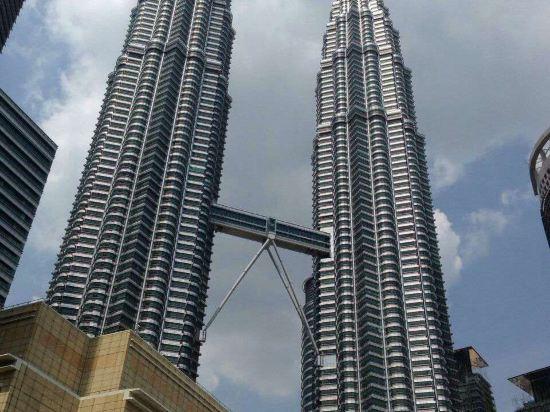 1996年开业,2015年装修,共有113间房   CrownRegencyServicedSuitesKualaLumpur(吉隆坡皇冠丽晶服务套房酒店)位于吉隆坡城市中心(CityCenter),四周皆为办公大楼、政府机关和综合购物区。酒店地处交通便利之处,距离OldKualaLumpurRailwaystation约3公里,步行可至BukitNanas和RajaChulan地铁站。   吉隆坡皇冠丽晶服务套房酒店是一幢
