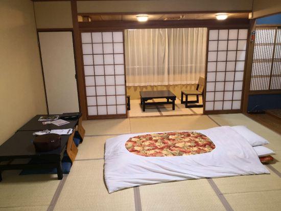 1999年开业,2012年装修,共有26间房 若想要游览奈良,奈良白鹿庄(Nara Hakushikaso)将会是一个不错的的住宿之选。酒店地理位置优越,驾车至JR奈良站仅需1km 。旅客们会发现奈良女子大学、Nara Womens University和Yamato Renta Cycle Kintetsu Nara距离酒店都不远。 客房内的所有设施都是经过精心的考虑和安排,包括国际长途电话、房内保险箱和空调,满足您入住需求的同时又能增添家的温馨感。