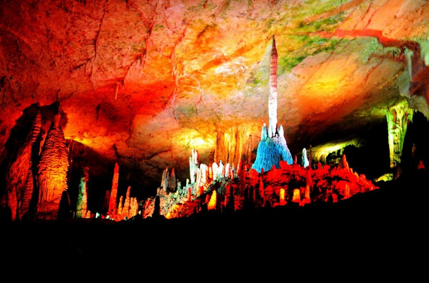 溶洞发育于中,上元古界长城系洪水庄组白云岩地层,位于《天津市蓟县