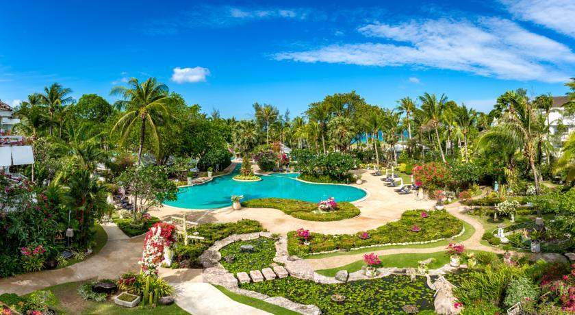 酒店——普吉岛国际五星塔夫棕榈海滩度假村: 坐落在25英亩的园林内