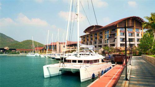 三亚亚龙湾瑞吉度假酒店 位于亚龙湾国家旅游度假区,坐拥珍贵的红树林