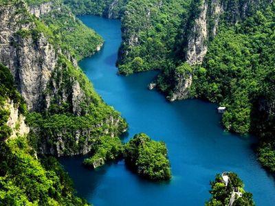 云台山位于河南焦作市修武县境内,距郑州西北70