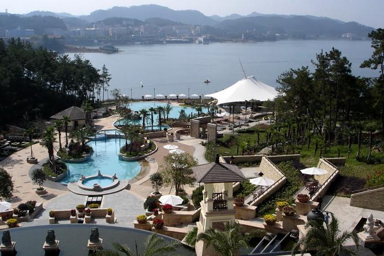 酒店地址: 千岛湖镇麒麟半岛 酒店设施:免费wifi,室内泳池,儿童乐园