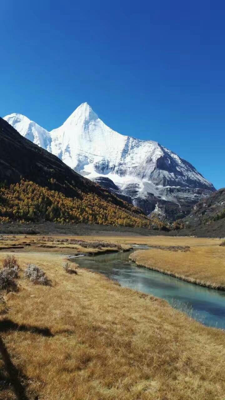 西藏极地探险国旅推出的成都到拉萨即:川藏线(318)国道9日8晚包车游的产品,是一款优质产品。半自助纯玩,无购物和诱导购物,价格合理。成都至拉萨2550公里的路程,七天时间的安排适当。 穿越西藏之行,若不行走川藏线(318国道)进藏,是个不完整的旅程。 行游川藏线的人们都有深彻的感悟:是视觉的盛宴;体魄的狱炼;心理的震颤;灵魂的洗礼;心灵的升华。 旅行社负责人李荣华先生,工作责任心很强,在顾客的整个旅程时间里,通过微信平台,主动征求意见,还利用其人脉关系尽可能地帮忙游客解决特殊困难。还咨询我们对驾驶评价,