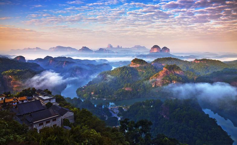 韶关有国家级风景区丹霞山,佛教禅宗六祖慧能弘扬南宗禅法的发祥地