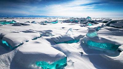 贝加尔湖独特的蓝冰