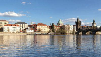 风景如画的 Vltava 河旁的布拉格四季酒店