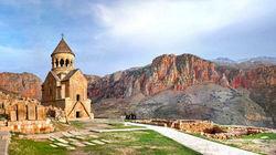 依偎红色悬崖的诺拉旺克修道院