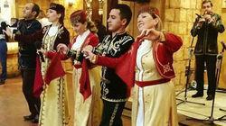观看传统亚美尼亚民俗表演