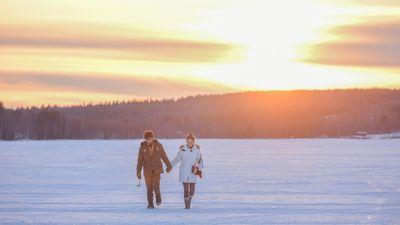 北极雪原夕阳漫步