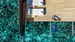 St.Regis Vommuli-俯瞰水上泳池别墅甲板