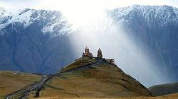 卡兹贝吉雪山下的圣三一修道院