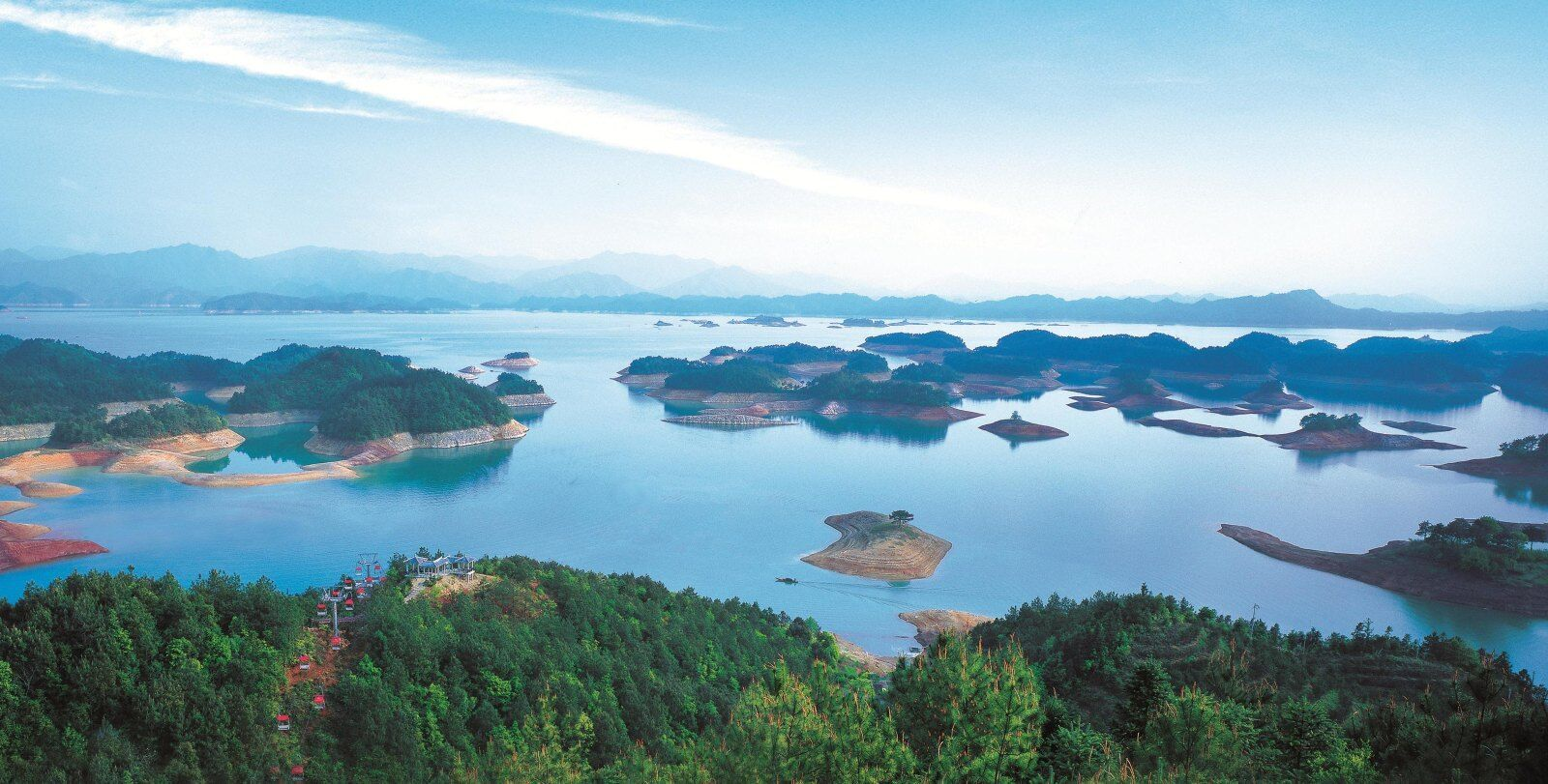 梅峰揽胜,位于千岛湖中心湖区西端的状元半岛上,距千岛湖镇12公里.