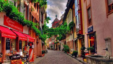 吉维尼小镇坐落在法国巴黎近郊,莫奈后半生的大部分时间都在这里度过