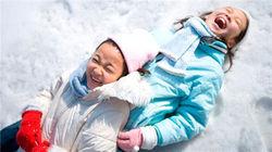 在冬季开心的孩子们
