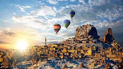 伴随着清晨的曙光热气球起航