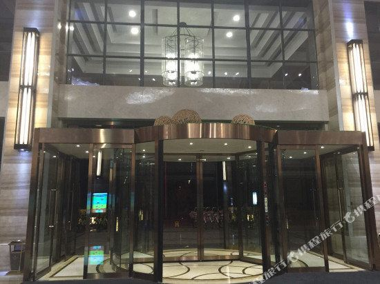 千岛湖36都邑宿珍珠半岛酒店位于千岛湖珍珠半岛广场,毗邻千岛湖东南湖区旅游码头,距离千岛湖镇中心约5分钟车程。 酒店拥有时尚优雅的各类客房,所有客房均配有42英寸宽屏液晶电视、高速上网、无线WIFI、独立的淋浴间或特色的浴缸等设施。 酒店还配有大小会议室5个,其中宴会厅可一次性容纳700人开会,是目前千岛湖最大的会议室之一。 闲暇之余,你可带上孩子前往酒店的儿童乐园寻找乐趣。 高雅的茶艺吧可让你轻松与新老朋友互相交流;棋牌中心为你提供优质周到的服务。