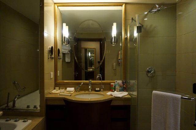 现在葫芦岛市户外最低气温是零下19度。酒店房间温度不到21度,和服务人员沟通后,被告知酒店是中央空调,空调温度不能调高。我就这样住了两天,因为怕冷,不敢洗澡,在屋里也要穿很多。酒店没有免费的矿泉水。虽然正逢圣诞节,酒店为客人准备了小礼物,但觉得酒店的做法只注重形式,没有关注客人出行的基本需求,建议不要入住。