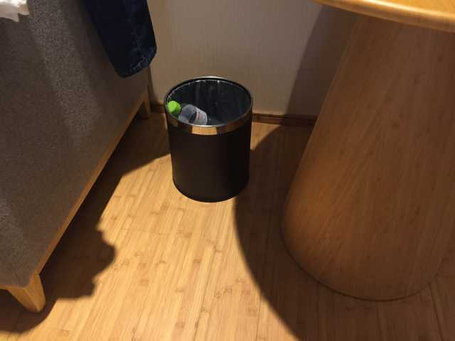 在放饮品的桌下放置垃圾桶