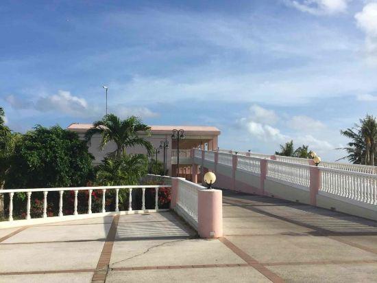 2005年开业,2010年装修,共有20间房 坐落于翼海滩,不论您是商务出差还是休闲旅游塞班岛马里亚纳度假村(Mariana Resort & Spa Saipan)都是理想的下榻之处。附近很多景点,包括马里亚纳海滨教堂、翅滩和宝宝海滩都离酒店不远。酒店坐落于和平纪念公园边,附近还有很多景点包括卡拉贝拉洞穴和日军最后司令部遗址。 酒店为您在客房内配备了房内保险箱、空调和衣柜/衣橱,所有入住的客人均可便捷的使用。有饮水需求的旅客,酒店还为您提供了电热水壶。除此之外,配备有拖鞋和吹风机的浴室是您消除一天疲劳的