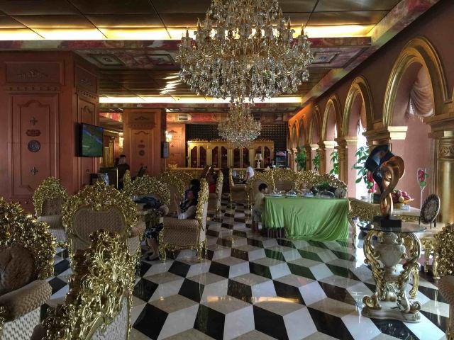 酒店回复:尊敬的宾客,非常感谢您对我们酒店的好评。酒店的装修是独具特色的1617世纪文艺复兴时期巴洛克古典奢华风格,尽显恢弘大气的欧洲皇室的奢华感,让您如同置身于极致奢华金碧辉煌的宫殿般的同时感受到宾至如归的感觉。酒店各房间都配备全铜门,卫浴使用的是全自动人性化马桶,房间浴室内另配备广西独一无二的高端镜面电视,房间采用的是一站式触摸屏按钮,为您带来全新奢华舒适的入住体验。此外,我们酒店还设有特色的个性化贴心管家服务,致力为您提供奢华品质的高端服务,我们真诚的期待您再次光临!
