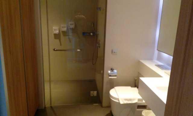 床不大,但还算舒适。洗手间合并了衣帽间功能,和淋浴房分区在一起,显得很宽敞,面积感觉跟客房差不多了,完全可以在里面练瑜伽。。。特别需要提到的是,这边的马桶旁边配备了类似卫洗丽洗屁屁功能的洗浴喷头,很多大酒店都没有哦。电视频道有中文、英文、日文台。早餐还不错,中式、西式、印度口味都能满足。服务人员大部分比较亲切,也有少数面无表情的。虽然没有中文服务,但是不懂英文也没关系,毕竟是在新加坡。。。离机场很近,在房间每隔几分钟就可以看到飞机降落,但是居然不吵,房间隔音做的不错。在地铁站expo下来,穿过changi