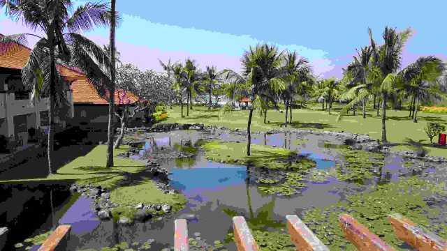 这次的巴厘岛之行最关键的部分就是订酒店,早就听说巴厘岛一流的酒店,二流的沙滩,三流的景点一说,在这次一一予以验证。听朋友推荐说君悦很不错,但网上评论都说酒店很老旧,还有的说对中国人不nice,但都说环境非常好,下面我还原一下我的感受:第一,房间内确实很一般,如果对房间设施要求很高的不太适合选择这里,有些老旧,不如国内的五星级酒店,但也绝对不是很差,尤其是大榻榻米很大,绝对可以很舒服的住一两个人,适合一家三口或四口。第二,酒店园景确实很漂亮,那是几十年的沉淀,不是其他新酒店可以比的。第三,如果你热爱小动物