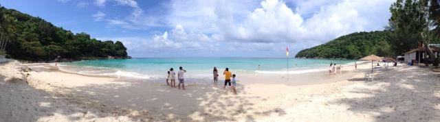 两家人,6大2小(小朋友2岁多一点)住了4晚艾美,机场到艾美大概50分钟车程。艾美服务很棒,酒店工作人员都很友善。每天在房间放20铢小费给打扫房间的人就好。私人沙滩人少沙子干净,只是海边的躺的沙滩垫能再高级点换成简易沙滩躺椅就好了。酒店里面每个餐馆都有免费的儿童餐,也有儿童餐具,味道很不错。可在儿童菜单上任选一款主食和一份甜点,但应该有年龄限制,忘了是否是4岁以下。艾美整个餐饮味道还行但价格偏贵,我们吃了一餐自助,是什么加勒比风味,加税后每人288人民币,味道一般,吃了好多水果、冰淇淋、甜点。还可以看表演