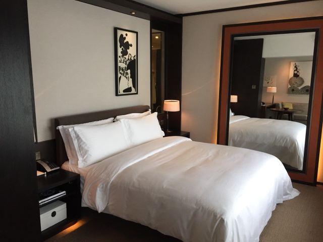 以一间定位在超五星及价位不菲的酒店品牌、本人的入住体验如下: 1)酒店大堂和check in 厅大小、面积和二百多间客房酒店应有的大堂面积不成正比。办理入住时、感觉整个大堂都是人、拥挤不堪、让人觉得不舒服、无法让人信服是超五星的酒店大堂。在拥挤的酒店大堂左侧却有着面积很宽俗的大堂酒吧。 2)Check in 前台是木质枱面、边间己磨损、没有修复。前台侧饰面是特殊面漆、也己被弄髒。再加上check in 厅放了一张很难看的沙发、整个check in 厅在白天显得很低挡次。 3)酒店的drop off 没有设
