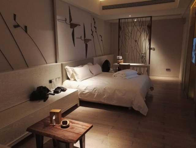 酒店的时尚装修设计与厂房形成强烈的视觉对比,设计师刻意保留部分打