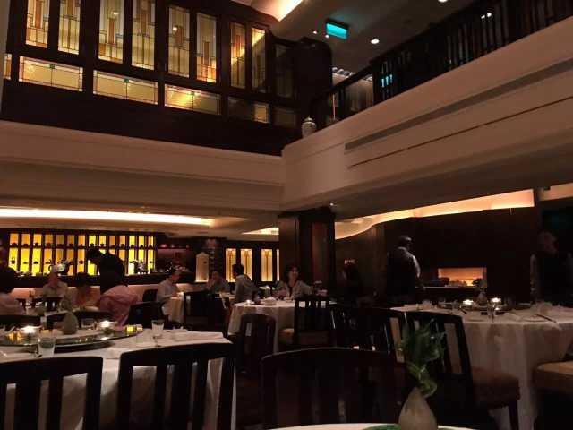 带娃去香港打疫苗,适逢老公生日,于是来个庆祝,所以订了一晚半岛酒店。果然没有失望!虽然国内很多奢华酒店崛起,我们也去住过,但许多细节位置都做的强差人意,比如细微部分的装修,比如卫生死角的清洁,但这家香港80年还屹立不倒的老牌奢华酒店真的做的非常到位。酒店给人的感觉是贵族,而不是暴发户。在携程上被n多人吐槽的服务态度差,我们并没有看到,特别是reception美美的姐姐Rie?(我不知道有没有看错名字)体谅我多年不用的英文口语听力能力差,所以说话会迁就我慢慢来。订酒店的时候特地打电话告诉他们我需要bb床,结