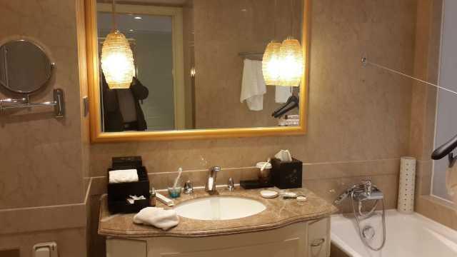 卫生间马桶盖用的是先进的带洗漱功能的电动的,也有很大的浴缸,泡澡太